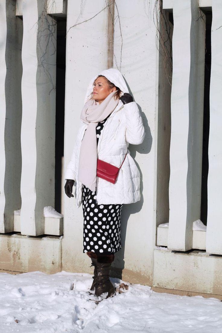 kardiaserena-outfit-plussize-fashion-curvy-asos-winterlook-mit-punktchen-kleid-und-furla-bag-weise-daunenjacke-creme-schal-keilabsatz-stiefel-___