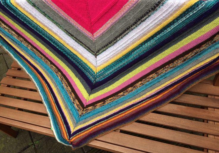 #breien #knitting #shawl #sokkenwol #freubelweb  https://www.freubelweb.nl/blog/josebianca/restjes-sokkenwol-wat-kun-je-ermee/