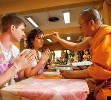 Традиционная тайская церемония Душа монаха в Буддистском храме  Неповторимость свадьбы в Таиланде заключается не только в красоте окружающей природы но и в богатстве и глубине традиций этой удивительной страны. На рассвете проходит волнительная церемония в буддистском храме сопровождаемая пением и молитвами монахов. Шелковые наряды жениха и невесты ожерелья из живых цветов окропление молодоженов водой с лепестками лотоса символизирующего процветание и счастье посадка дерева любви  все это…
