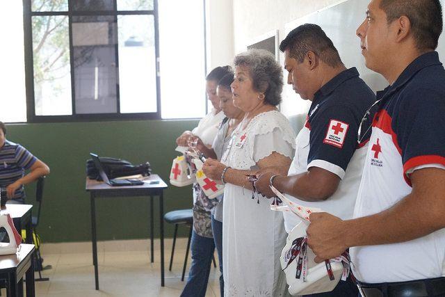 """El día jueves, 14 de abril de 2016, el personal directivo, administrativo, docente y alumnos de esta casa de estudios se sumaron a la Colecta Nacional 2016 de la Cruz Roja Mexicana, delegación Motul; la cual este año tiene por lema """"Dona y sigue ayudándonos a salvar vidas""""."""
