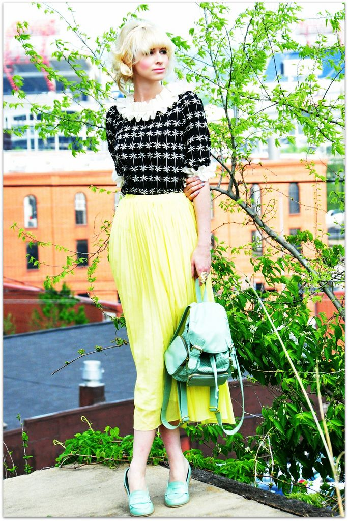 This neon skirt is perfect for a bright, sunny day. It looks especially beautiful paired with her mint bag!: Beautiful Pairings, Blouses, Neon Chic, Ideas Foto, Mint Bags, Neon Skirts, Yellow Hair, Wearing Perfect Outfits, Neon Long Skirts