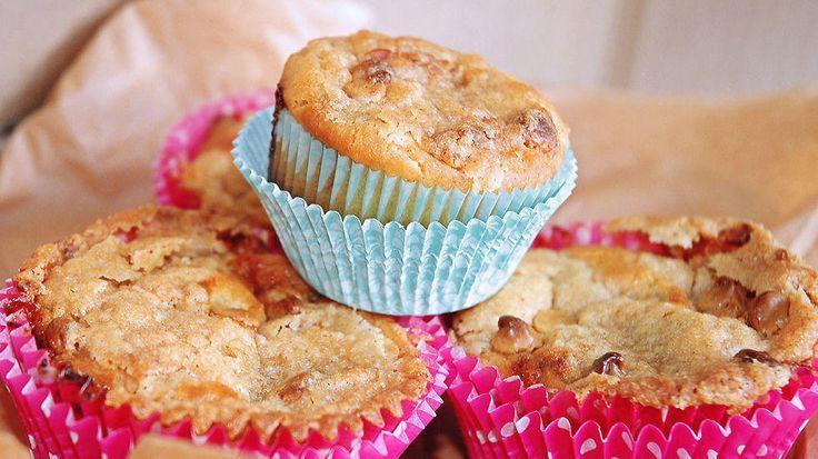 Disse saftige muffinsene er laget uten egg og melk, men med deilig smak av appelsin og toppet med hvit sjokolade. Barna vil elske disse!    Dette er en vegansk oppskrift, men du kan gjerne bytte ut med vanlige produkter. Ingredienser til omtrent 10 muffins    Oppskrift av Marie Helene Roald,thevanillamonologues.blogg.no
