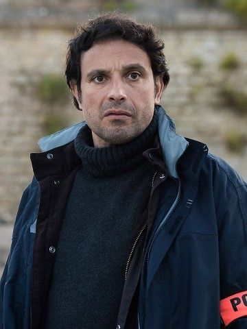 regarder Meurtres à l'Ile de Ré Film français entier streaming complet gratuit avec qualité hd 1080p Un homme en tenue de bagnard est retrouvé mort sur la plage de la Citadelle. Démarre alors pour Vincent Pelletier une enquête aussi étrange que délicate,...