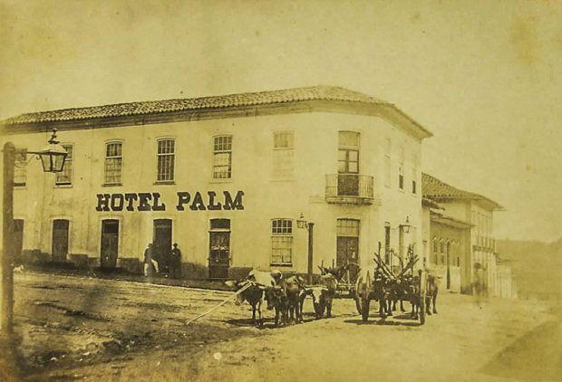 """HOTEL — 1850 Casa suspeita Transportando sacas a caminho do Porto de Santos, os cafeicultores paravam em São Paulo no século XIX para pernoitar. Havia poucas hospedarias, em geral precárias, e os viajantes carregavam cartas de recomendação para ser abrigados na casa de moradores. """"O primeiro hotel a surgir aqui foi provavelmente o Palm, nos anos 1850, que se chamou também Lion D'Or e Hotel des Voyageurs"""", diz o vice-presidente de assuntos turísticos e imobiliários do Secovi-SP, Caio Calfat…"""