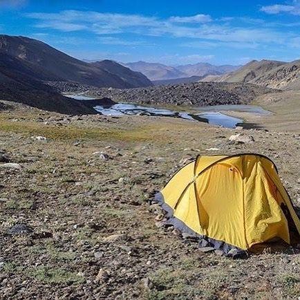 """via. @przewodnikgorski """"Widok z trekingu w górach Pamir. Biwak pod przełęczą Vrang (5067m n.p.m.). Tylko góry my i zabłąkany jak (poza kadrem;) #wolność #przestrzeń #bezograniczeń #góry #pamir #tadżykistan #biwak #wgórach #przewodnikgorski #wyprawa #wgórachjestwszystkocokocham #mountainguidelife #tajikistan #mountains #mountainadventure #mountainlife #mountainview #lifeadventure #trekking #hiking #tent #mountainsarecalling #freedom #thisislife #adventureisoutthere""""  buff.ly/2hzdm77"""