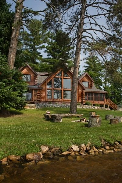Log Home....absolutely beautiful. I would love to own a home like this one day...❤