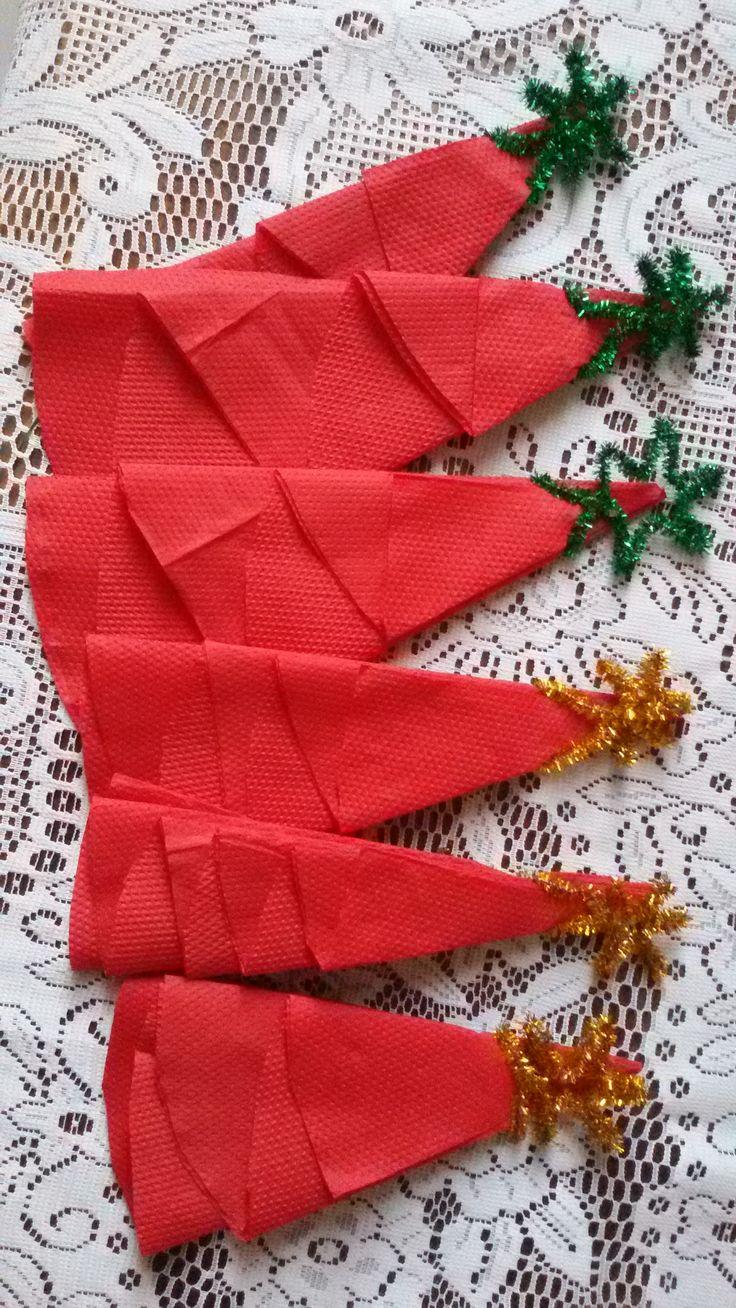 připravené papírové ubrousky na vánoční stůl