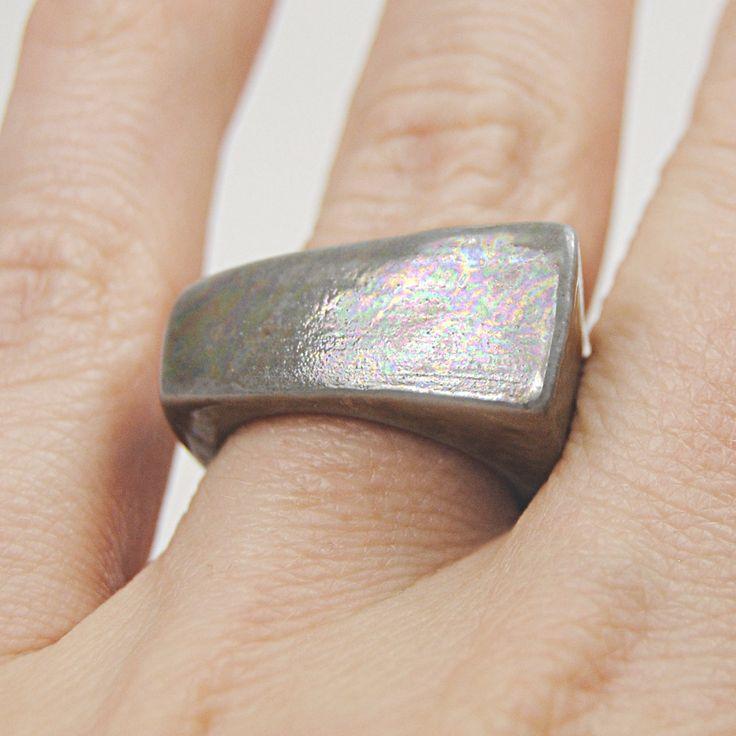RING+RING+Porcelánový+prsten+šedý+s+výraznými+odlesky+preparáty+drahých+kovů+kterými+jsou+dekorovány,+perleťový+vzhled.+velikost:+50+Tabulka+velikostí+je+zde+https://www.fler.cz/harpie#velikost-prstenu+Info+o+porcelánu+https://www.fler.cz/harpie#o-porcelanu