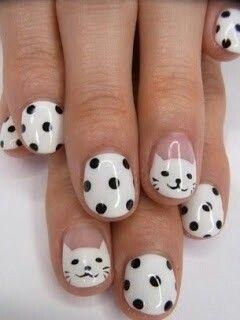 Uñas: manicura con dibujo de gatos y polka dots #Nails #NailArt #NailPolish