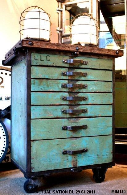 This is so cool, love that! Meuble de type industriel vers 1940, peinture d'origine, plateau en bois pétrifié, structure acier brut sur roulettes, poignées type atelier, 7 tiroirs.