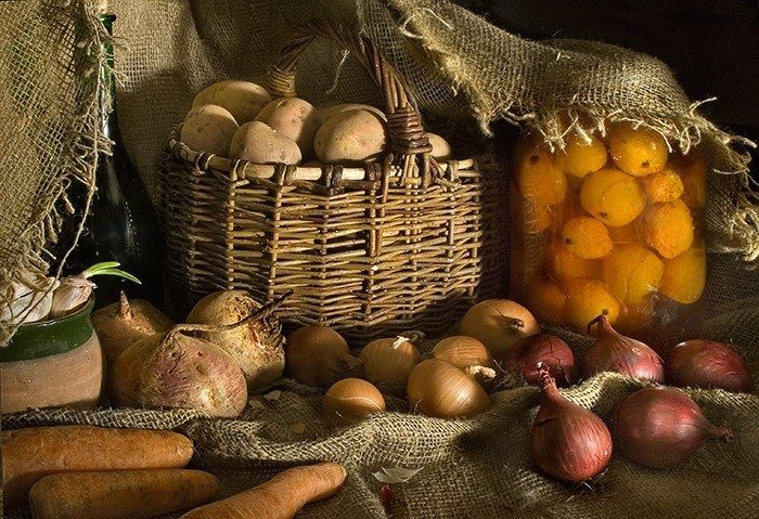 Для того, чтобы картофель, спрятанный на зиму, не гнил, к нему нужно положить свеклу. Она будет вытягивать влагу.