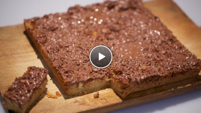 Rudolph's Bakery |  een kruimelig geheel. Vet de bakvorm in met boter en bekleed met bakpapier. Verdeel het kruimeldeeg over de bakvorm en strooi de gehakte noten...