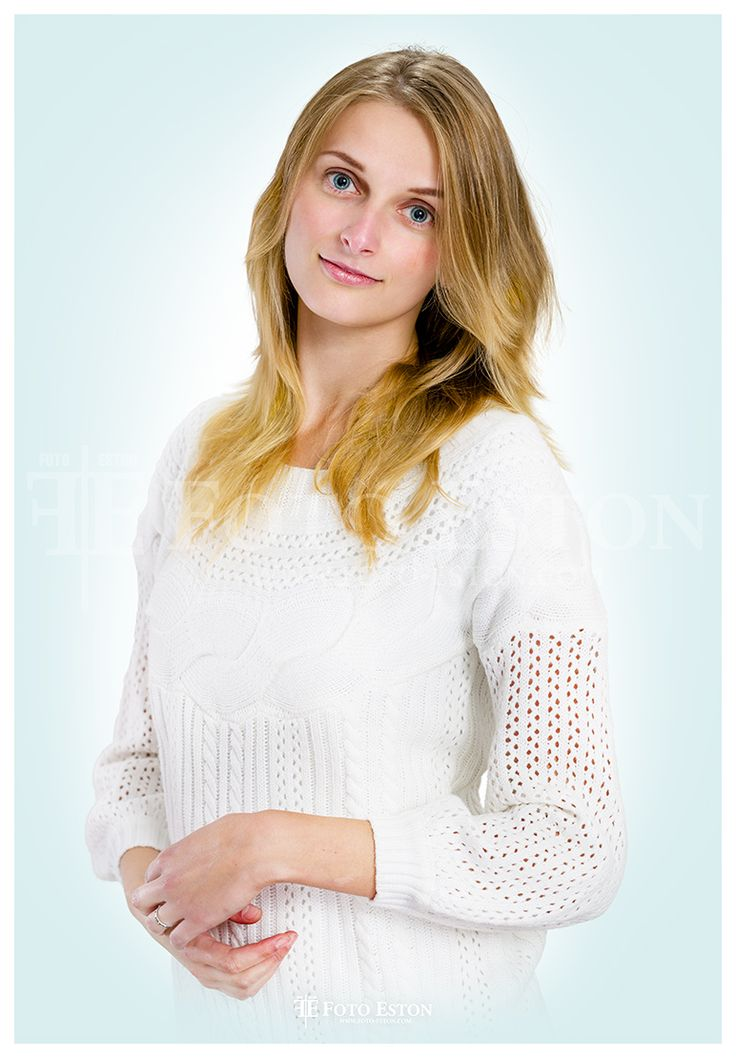 Biały sweter, kobieta, pastelowo, kolorowo.