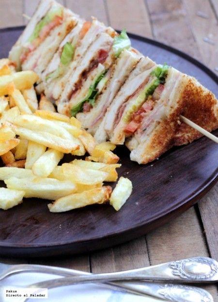 Club Otro gran clásico de USA e igualmente popular en todo el país, sin unas raíces definidas, es el club sandwich o sandwich club. Tres rebanadas de pan y dos rellenos diferentes entre los que combinar jamón, queso, bacon, lechuga, tomate, pollo y mayonesa. Es un sándwich que se sirve tostado, cortado en triángulos y ensartado en una brocheta.