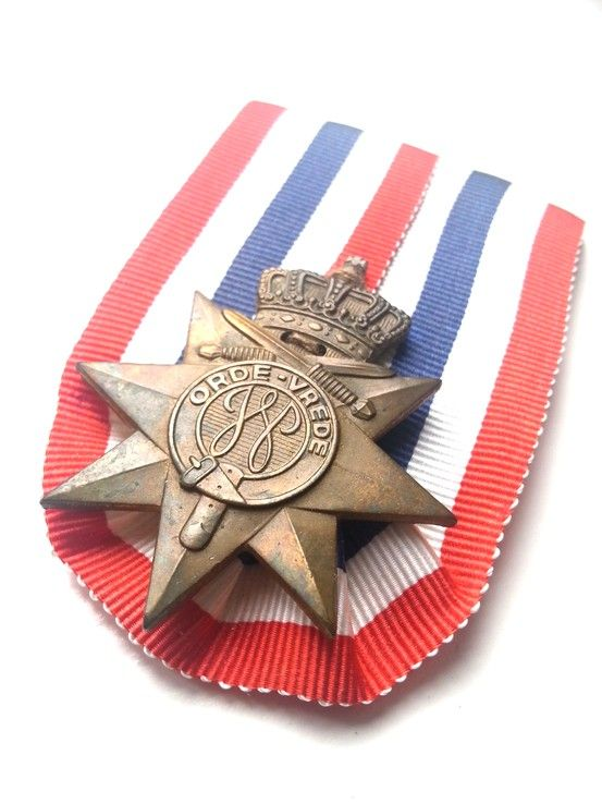 Dutch honour sign for Order and Peace (Ereteken Orde & Vrede)in Prussian Layout. Awarded during the Bersiap period and the 'Politionele acties' between 3 september 1945 en 4 juni 1951