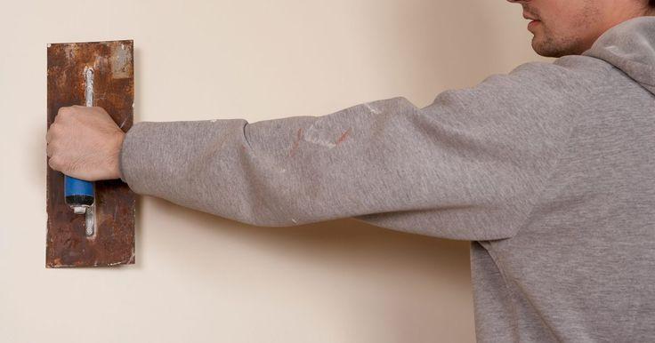 ¿Cómo hacer una pared de piedra falsa con yeso?. Evita el costo de la pared de piedra real utilizando una técnica de acabado de imitación para crear una apariencia de piedra vieja y roca. Aplica un compuesto ligero para juntas en las paredes de tu casa para imitar la textura de la piedra. El compuesto para juntas se puede pintar de una variedad de colores de gris oscuro a marrón. Agregar el yeso ...