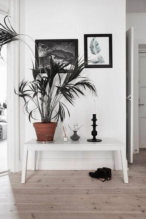Fantastische vloer als basis voor deze slaapkamer. Zwart wit accenten met natuurlijke elementen. Inspiratie foto.