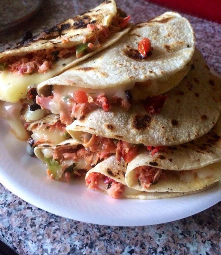 Ingredientes: Marlin Tomate Cilantro Pimiento Morron rojo Pimiento Morron verde Cebolla Chile jalapeño Sal Pimienta Ajo granulado Tortillas de maiz Queso para derretir ... ...