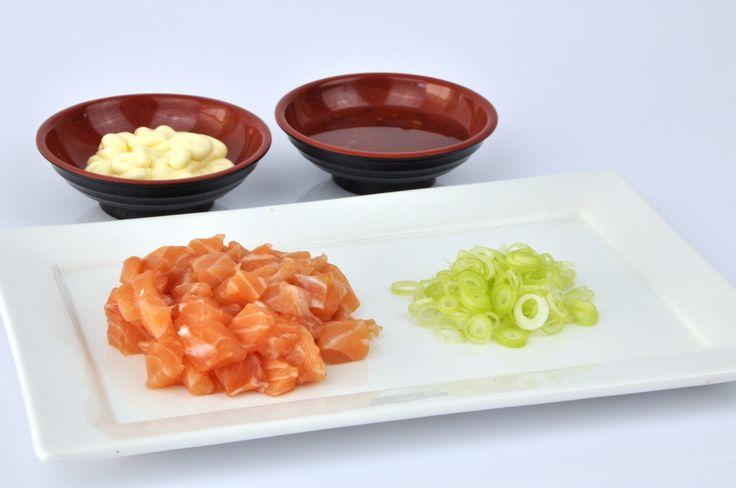 Vis uit blik? Welnee! Een verse, zelfgemaakte spicy sushi vulling is veel lekkerder, geloof me. In dit recept de volledige uitleg! Super makkelijk!