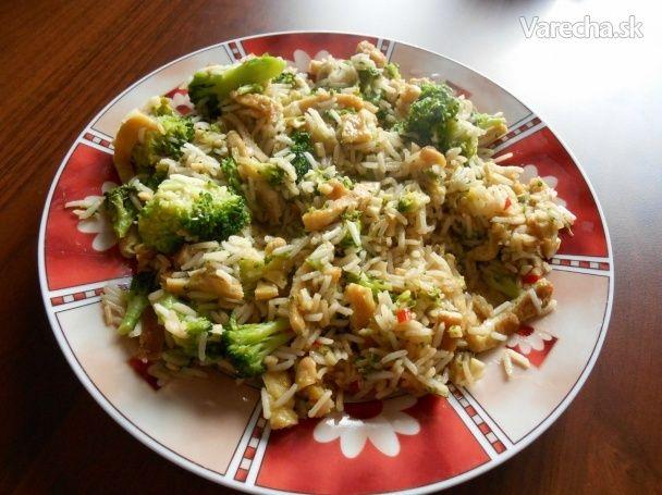Pražená ryža s brokolicou, omeletou a kešu orieškami