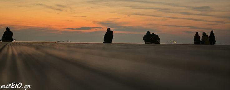 Στη καινούρια Παραλία της Θεσσαλονίκης βλέποντας το ηλιοβασίλεμα