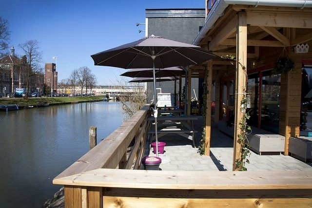 Klein Berlijn is not just a lounge spot but also a creative hub where you can participate in workshops, enjoy a comedy show, listen to music and more. During the day crab a magazine from the large table to leaf trough and enjoy a German beer outside on the terrace.