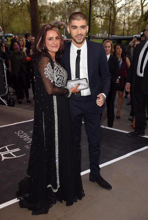 Zayn took his mom as his date :)