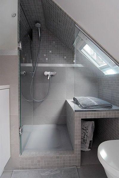 Dans une salle de bains sous les toits, chaque centimètre compte http://www.m-habitat.fr/installations-sanitaires/meubles-de-salle-de-bain/amenager-astucieusement-une-salle-de-bain-16_D