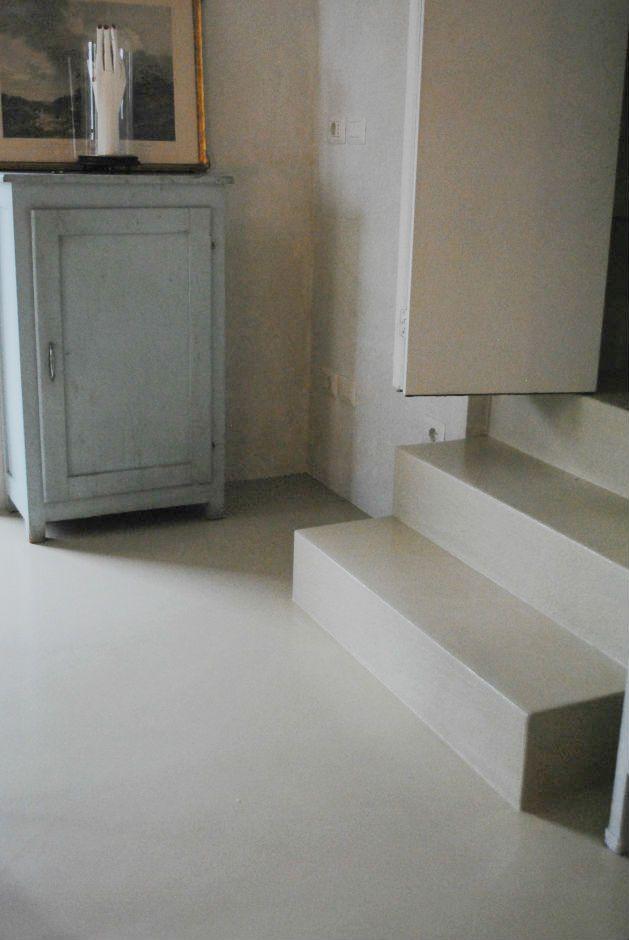 La continuità, dopo in pavimento in resina ci sono i gradini per un effetto monolitico è stata utilizzata la stessa tecnica e colore.