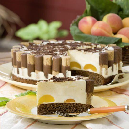 Diese Torte sieht dank der Waffelröllchen toll aus – ist im Grund aber leicht gemacht. Der Nuss-Schokoladen-Boden schmeckt einfach himmlisch zu der Eierlikörsahne.
