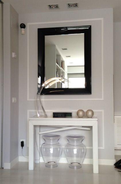Detalle de falsa pared que guarda un armario ropero por el costado. Así la parte delantera se aprovecha con mesa extensible y espejo de KARTELL.