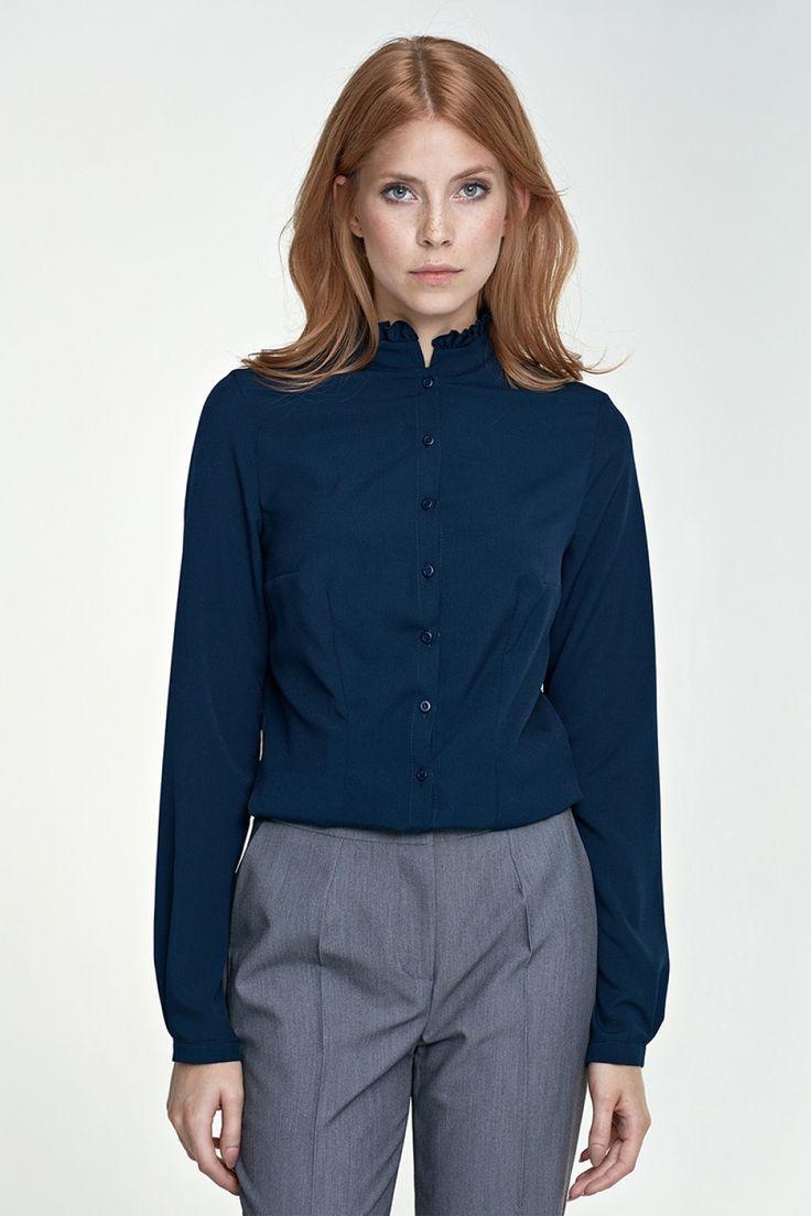 Ten model bluzki idealnie nadaję się na oficjalne spotkania, z klasyczną marynarką i prostymi spodniami stworzą elegancki strój biznesowy. Stójka nadaje bluzce jeszcze więcej kobiecości. Koszula posiada zaszewki na biuście, lekko taliowana. Rękaw prosty, zakończony delikatnym mankietem. Lycra 2 % Polyester 98 %