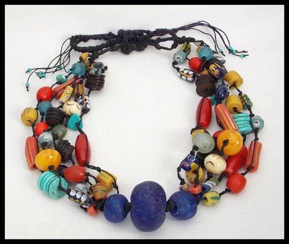 KEINE ZWEI GENAU GLEICH! Ich habe viele dieser Halsketten... jeder ist anders... aber sie sind alle große, kräftige Aussage Stücke, die sehr gut verkaufen! Die Halskette, die Sie erhalten werden nur für dich gemacht und werden ähnlich wie Bild. 5 Stränge der handgefertigten pulverisiert afrikanische Glasperlen von Kursen Menschen von Ghana, handgemachte Kokosnuss Schale Heishi in Afrika, Türkis, rote Koralle, Vintage Glas, Holz, Harz, etc. handgeknüpfte auf schwarzer Wäsche Schnur gemacht…