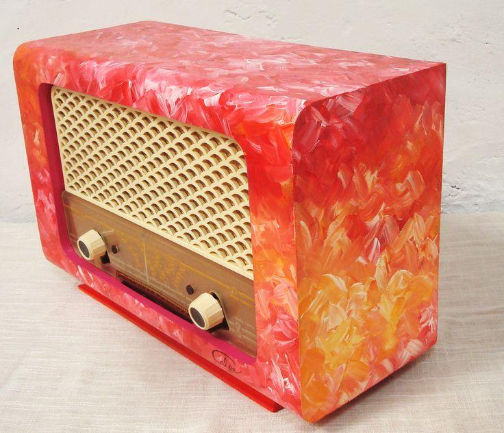 Esta radio era antigua de color marrón oscuro muy sobria, la restauré y le dí un toque de color, el cambio fue positivo.