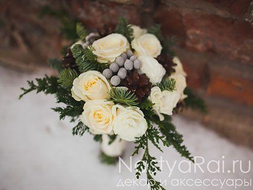 Фото. Зимний букет невесты из роз и эустомы.