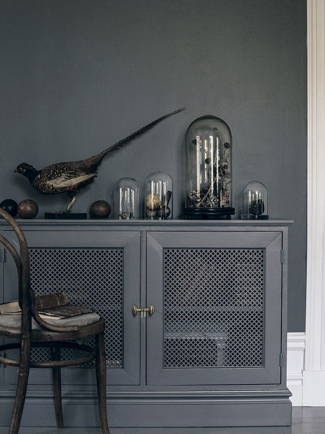 Paint the furniture in the same color as the wall, for a neat impression. The blue-grey wall paint used is Alcro Pigeon grey.