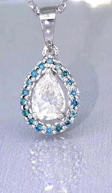 Peervormig diamant collier versierd door 19 blauwe diamanten totaal 0.50 ctNo reserveprijs  Peervormig witgouden collier Middensteen: diamantCarat: 0.35 ct Slijpsel: Peer 6.25 X 4.19 mmKleur: HZuiverheid : VSVersierd door 19 diamantenCarat: total 0.15 ct Kleur: Fancy Intense blauw (verbeterd)Zuiverheid: VSSlijpsel: brilliant afmeting: 11.23 X 750 mmGemstones are often treated to improve the color or brightness. In this particular object that has not been studiedvergezeld door luxe sieraden…