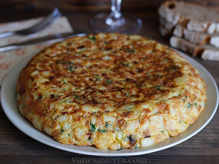 La tortilla española o tortilla de papas es una de las recetas estrella que siempre encantan a todo el mundo. La verdad que cuando uno llega...