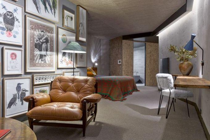 Patina dodává dřevěnému nábytku potřebnou autentičnost. Tlumená světla a podzimní barvy umocňují dojem z interiéru
