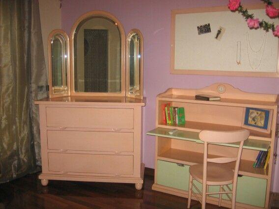 Comò con specchiera e libreria con ripiano estraibile. Mobili artigianali. Colore rosa e verde pastello.