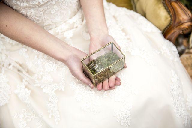 Credit: Irene Bruidsfotografie  - huwelijk (ritueel), vrouw, bruid, meisje, liefde, binnenshuis, mode, volk, bruids, een, huwelijk (burgerlijke staat), hand