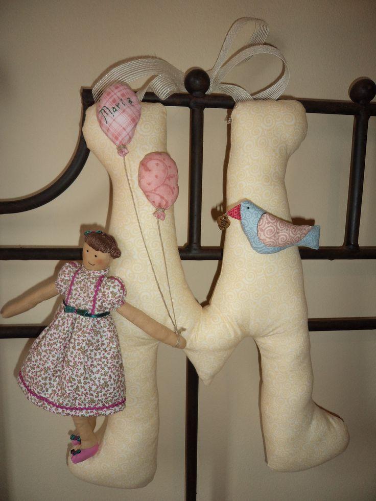 Inicial M con muñeca. Ver detalles http://lasflamenkitasdelpatch.blogspot.com/