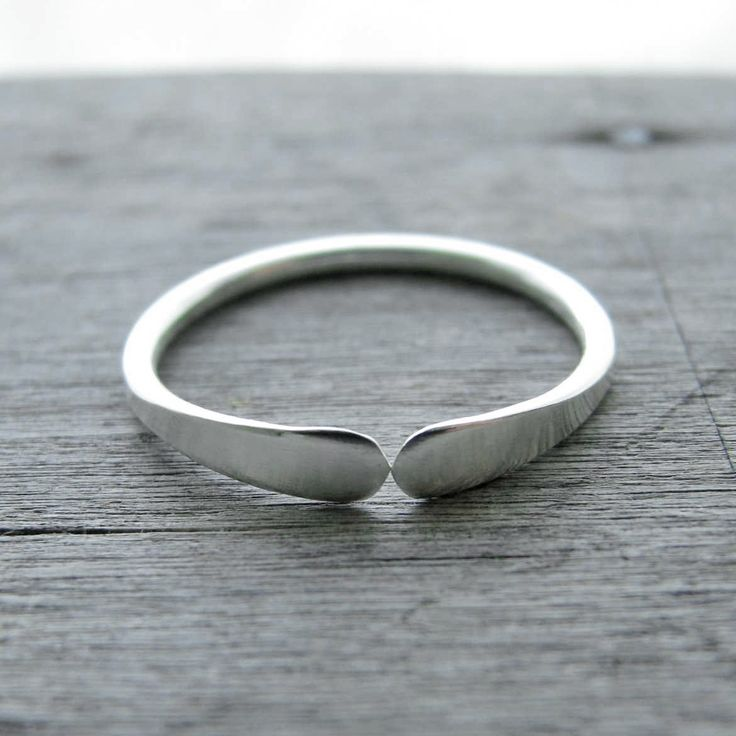 Sterling silver ring simple narrow best friends sterling silver ring - Can You Reach Me. kr179.00, via Etsy.                                                                                                                                                                                 Más
