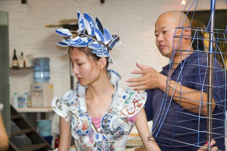 Li Xiaofeng met een model die één van zijn creaties draagt.