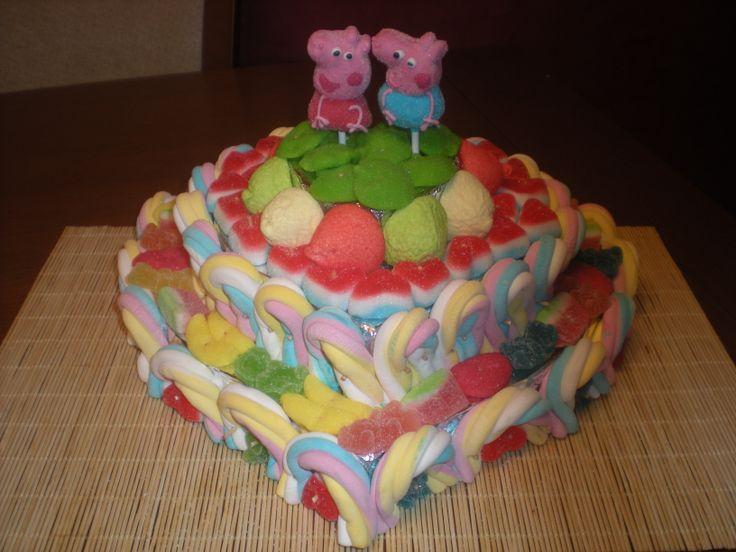 Tarta de chuches de tres pisos en forma de corazón, de Peppe Pig!!