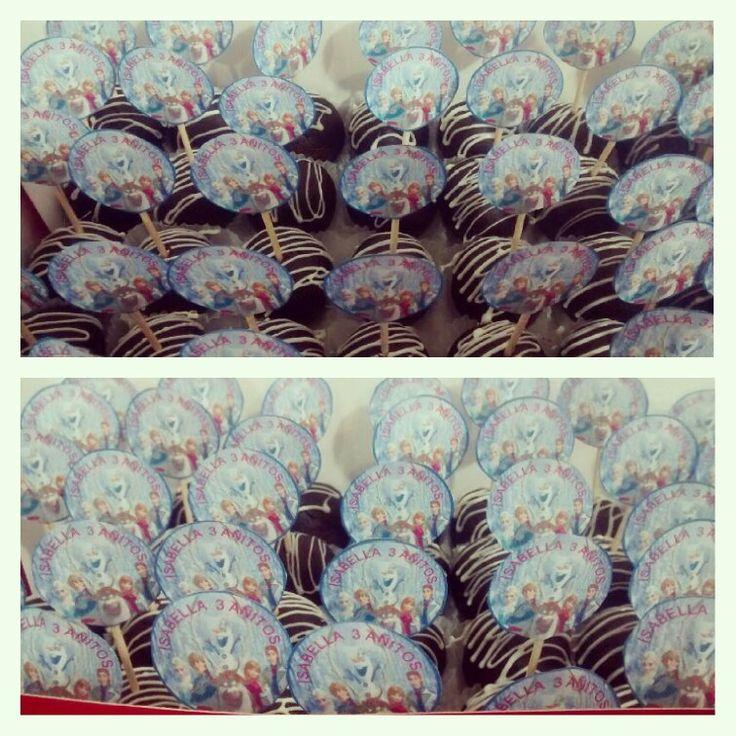 Prueba nuestro Brownie Melcochudo en bolitas con decoración de Chocolate Blanco - Pídelos al (1) 625 1684 en #Bogotá - #SoSweet #PasteleríaArtesanal #ReposteríaArtesanal #BrownieMelcochudo #Cedritos www.SoSweet.com.co