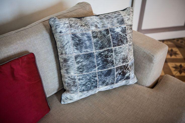 les 25 meilleures id es de la cat gorie tapis en peau de vache sur pinterest d cor de tapis en. Black Bedroom Furniture Sets. Home Design Ideas