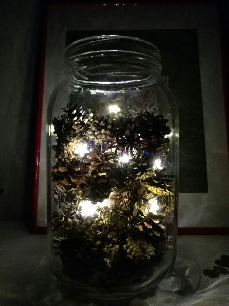 Ilvespurkkiin jouluvalot ja käpyjä, kahden minuutin DIY-sisustuselementti