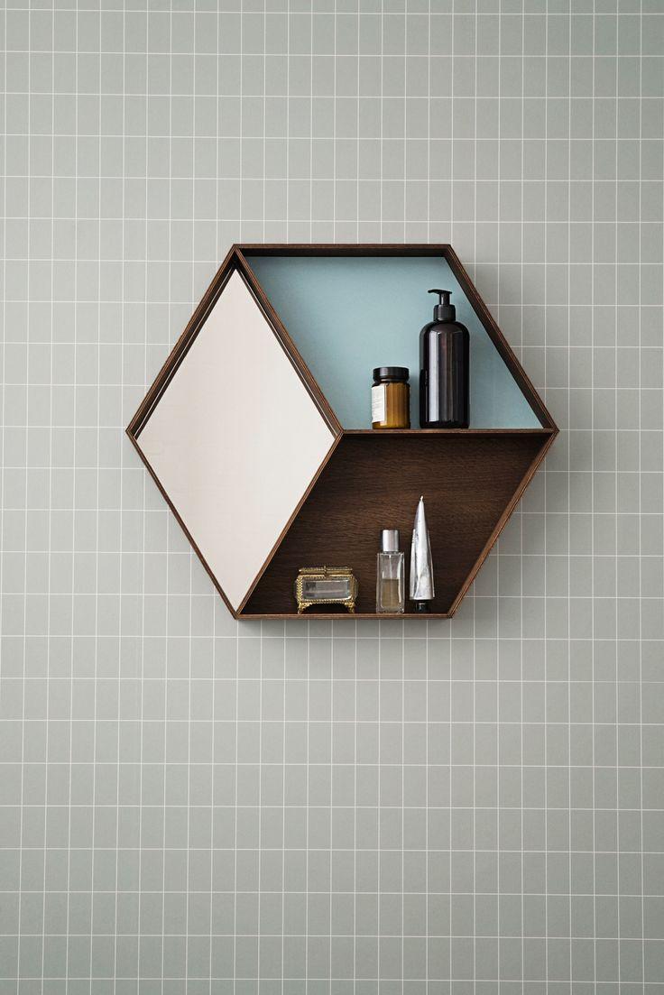Wall Wonder Mirror fra Ferm Living, er en sættekasse samt et spejl. Dette Wall Wonder Mirror vil passe ethvert hjem og give væggen et elegant, unikt og lækkert look.  Wall Wonder er oplagt til entreen, soveværelset eller badeværelset, da den med sin størrelse og udformning kan bruges til mange forskellige formål.