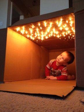 Basteln mit Karton - oben Löcher reinstechen und eine Lichterkette durchstecken. Idee für einen grauen Regentag.